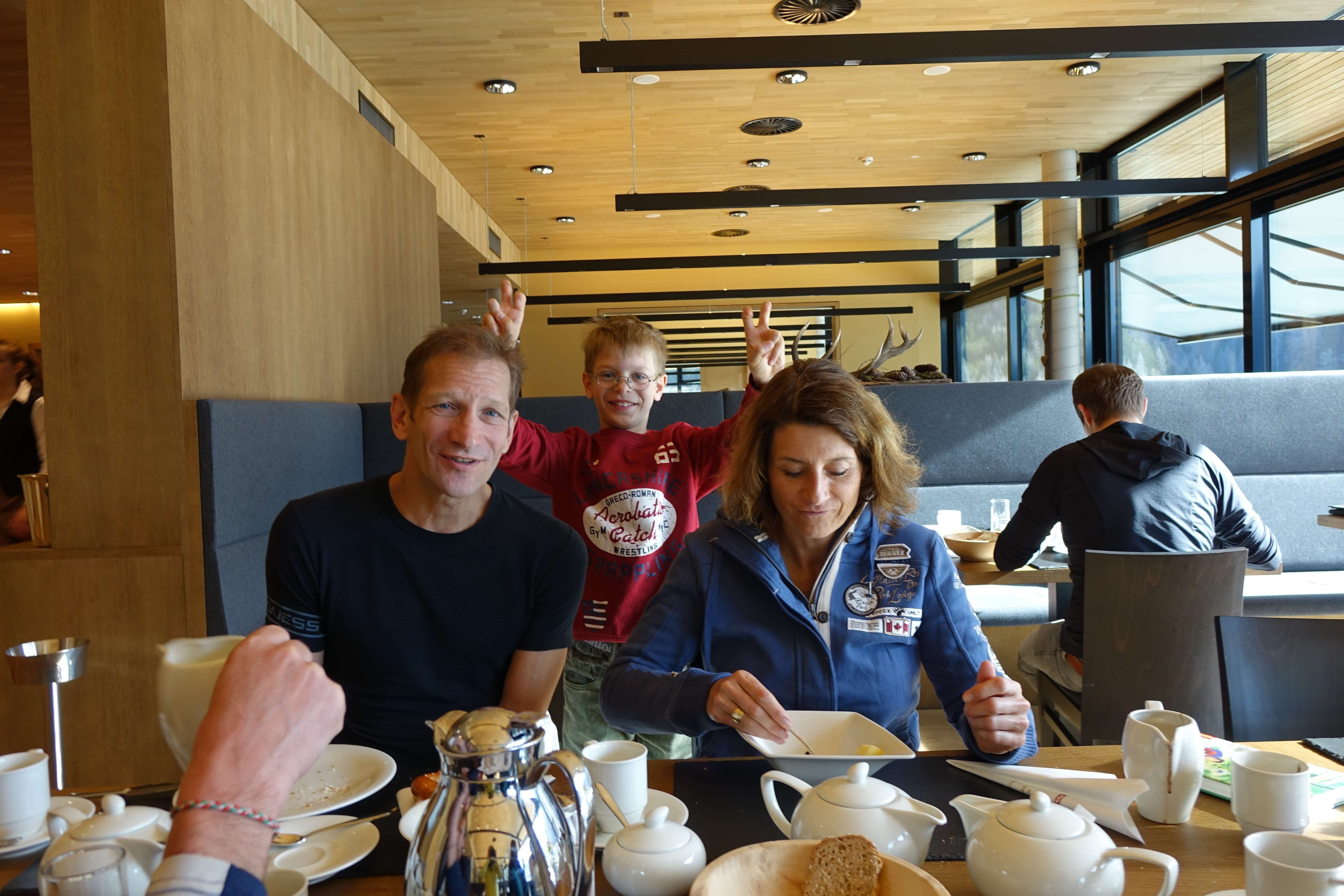 Familie beim Frühstück im Hotel